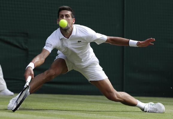 Novak Đoković tokom polufinala Vimbldona protiv Bautista Aguta