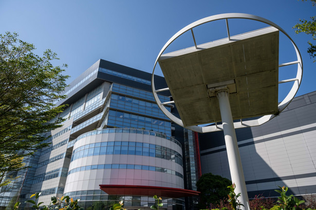 Panele słoneczne przed główną siedzibą Taiwan Semiconductor Manufacturing Co. (TSMC) w Hsinchu, Tajwan. 7.04.2021