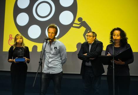 Matju Firmin (u pozadini članovi žirija Anica Dobra i Radoslav Zelenović)