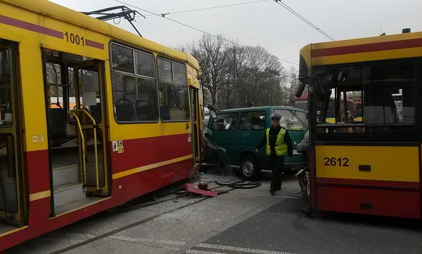 Wypadek na skrzyżowaniu al. Mickiewicza z al. Jana Pawła II