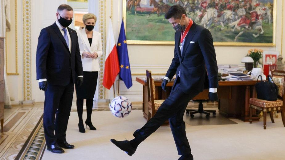 Robert Lewandowski popisuje się umiejętnościami piłkarskimi w Pałacu Prezydenckim