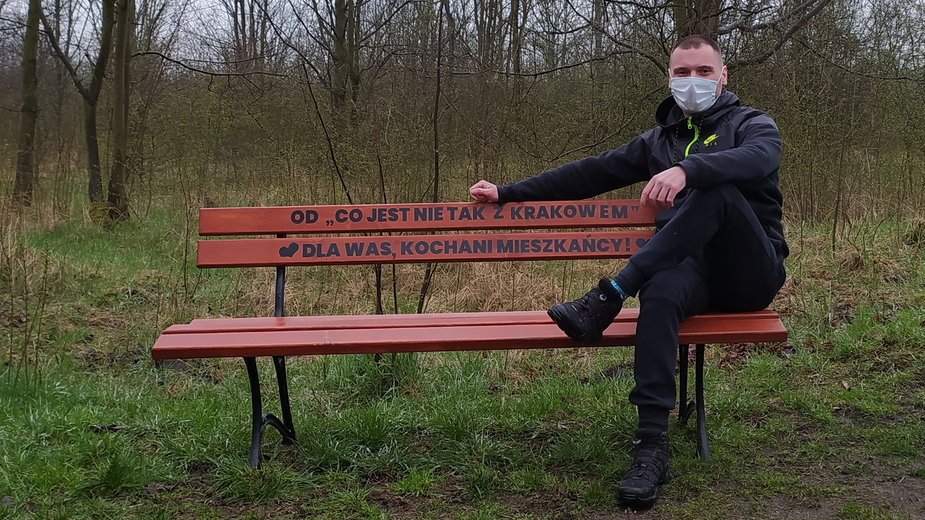 Mateusz Jaśko i ławeczka przez niego postawiona, po tym jak urząd powiedział, że nie ma pieniędzy