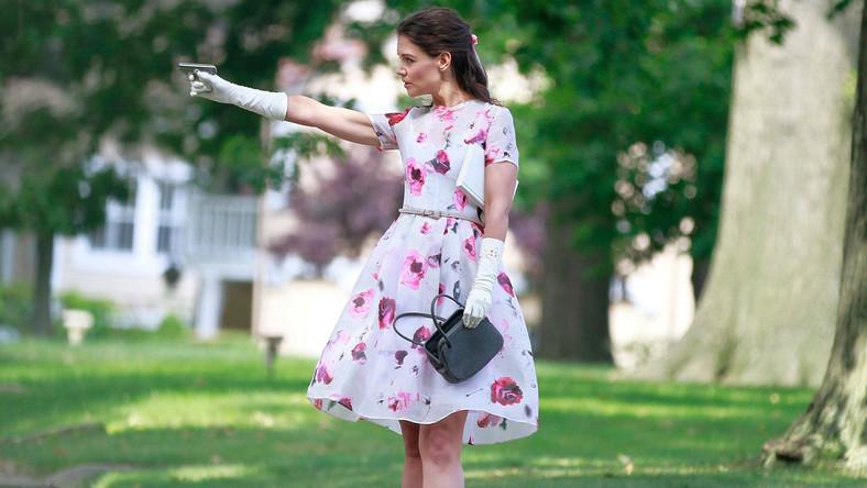 Nauczycielka nosi dziecięce skarpetki, buty do stepowania, białe rękawiczki i sukienki jak do szkółki niedzielnej. Przy sobie ma też zawsze miniaturową torebkę, a w niej miniaturową broń