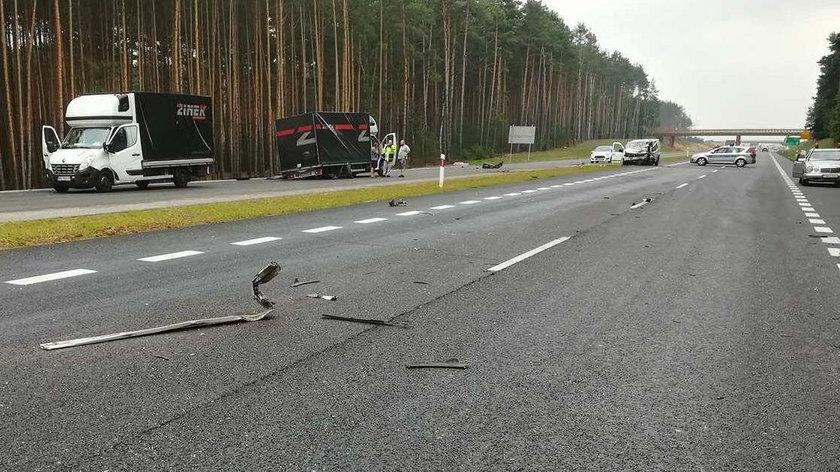 Pijany kierowca wjechał pod cysternę z paliwem i busa