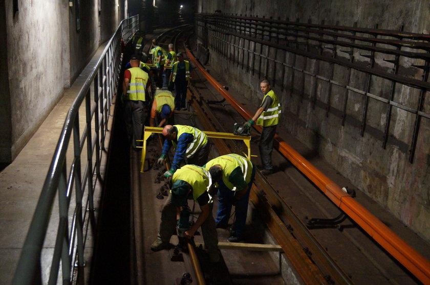 Pracowite wakacje w warszawskim metrze