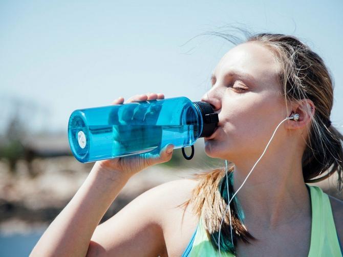 Razlog će vas ZGROZITI: Evo zašto NIKAD ne treba da ponovo punite flašu vode a da je prethodno ne operete