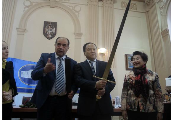 Hladno oružje za toplu dobrodošlicu: Užičani gradonačelniku Harbina pokloni mač