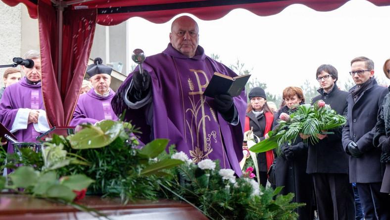 Bohdan Smoleń był jednym z najbardziej charakterystycznych polskich aktorów. Zaczynał w zespole Pod Budą, ale najbardziej znany był z działalności w kabarecie Tey, do którego dołączył w 1978 roku