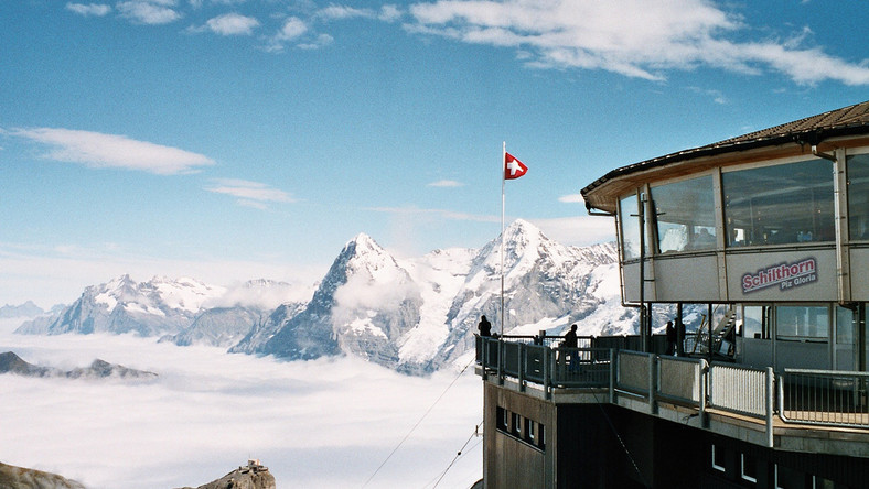 Piz Gloria to położona na wysokości 2970 m n.p.m. restauracja panoramiczna, która daje możliwość oglądania z jednego miejsca ponad dwustu alpejskich szczytów. Jak to możliwe? Budynek, w którym się mieści w ciągu godziny dokonuje pełnego obrotu. Restauracja została wybudowana na szczycie góry Schilthorn w Szwajcarii w latach 1963 -1968. Ma 18 m średnicy i jest w stanie pomieścić 420 osób. To wyjątkowe miejsce pojawiło się w filmie o przygodach Jamesa Bonda: W tajnej służbie Jej Królewskiej Mości i posłużyło za siedzibę jego głównego przeciwnika - Ernsta Stavro Blofelda. Oprócz części restauracyjnej znajduje się tam również wystawa poświęcona agentowi 007 i kulisom powstawania filmu, a także zewnętrzne tarasy widokowe i sklepik z pamiątkami.