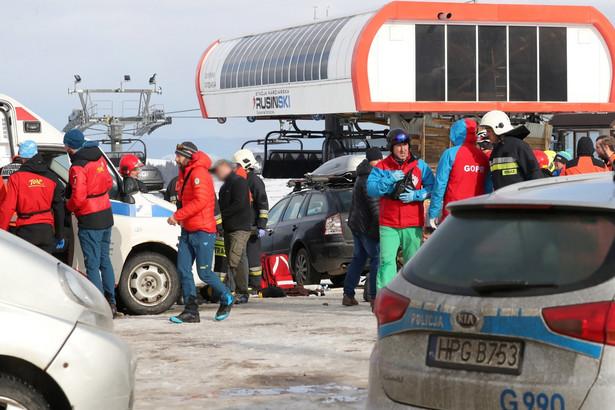 Do tragicznego wypadku doszło na parkingu przy górnej stacji wyciągu narciarskiego Rusiń-Ski w Bukowinie Tatrzańskiej w poniedziałek przed godz. 11. Zerwany dach spadł wprost na cztery osoby