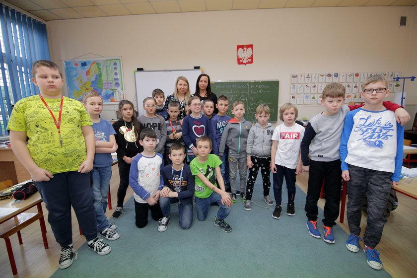 bohaterskie nauczycielki ze swoimi uczniami z klasy IIIB