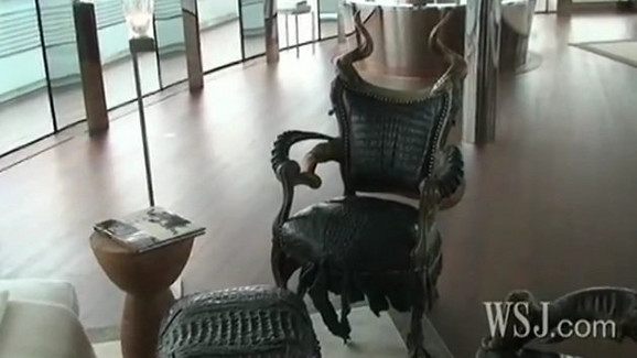 Kapetanova stolica je takođe stilizovana i napravljena od kože aligatora