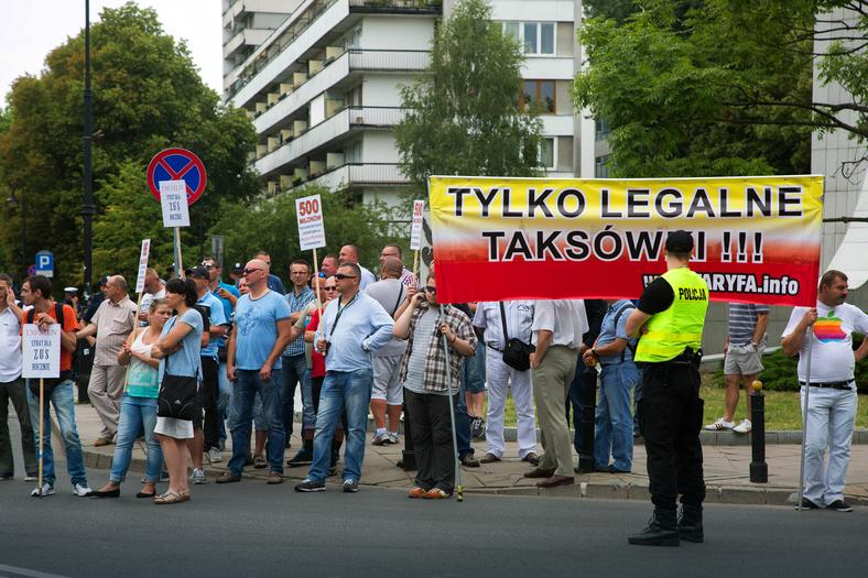 Manifestacja warszawskich taksówkarzy przeciwko m.in. firmie Uber.