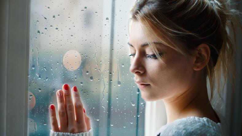 Zamyślona kobieta, depresja