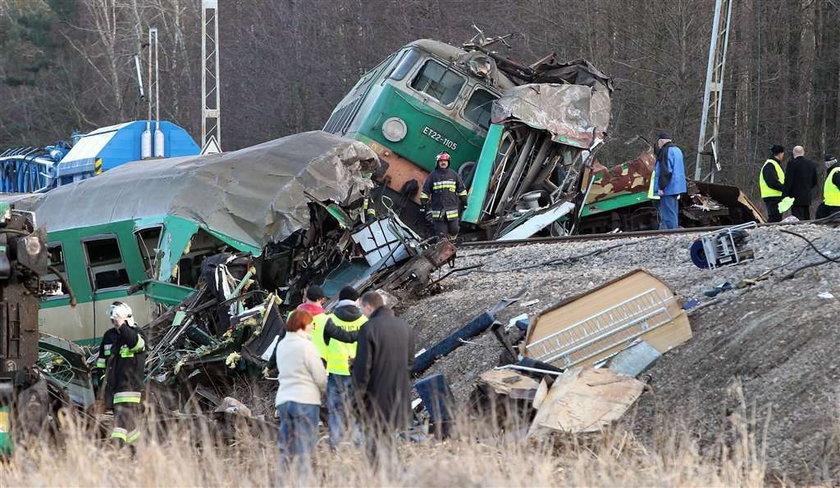 Na torach tkwi lokomotywa.Są pod nią od ciała?