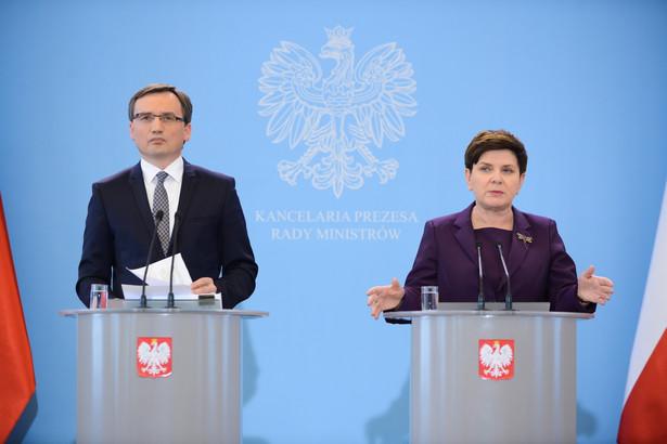 Premier Beata Szydło i minister sprawiedliwości Zbigniew Ziobro podczas konferencji prasowej po posiedzeniu rządu.