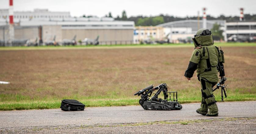 Na zdjęciu pokaz akcji, w której udział biorą saper i robot, Bydgoszcz 2013 rok