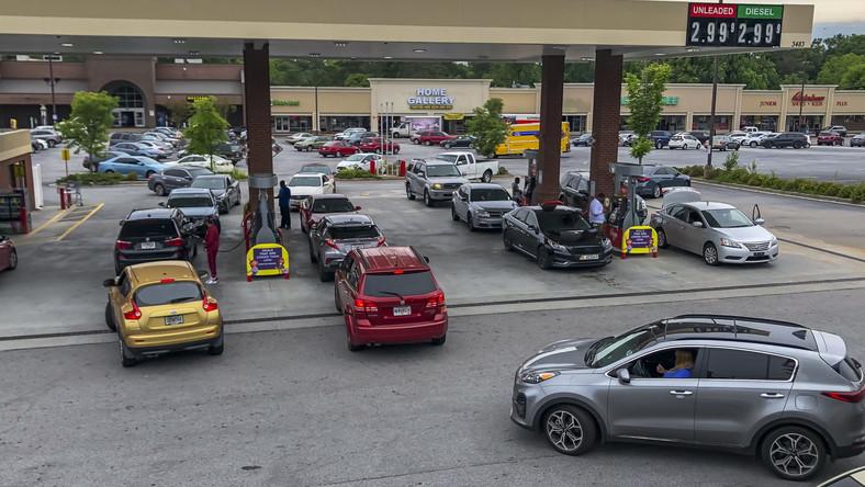 Kolejka na stacji benzynowej w USA