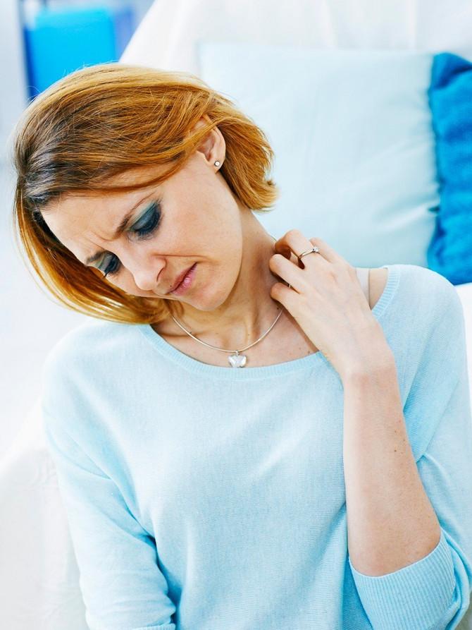 Veliki broj alergija na nikl javlja se u letnjem periodu. Razlog je pojačano znojenje, a znoj uzrokuje otapanje nikla, koji je najčešći sastojak u jeftinim legurama od kojih se izrađuje modni nakit, popularna bižuterija