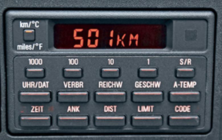 W innych modelach BMW ten szpanerski komputer pokładowy wymagał dopłaty,  a w 540i występował seryjnie. Informuje m.in. o średniej prędkości, spalaniu i zasięgu