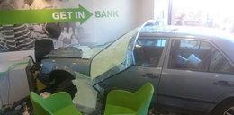 Auto wjechało do banku w Sanoku. Są ranni!