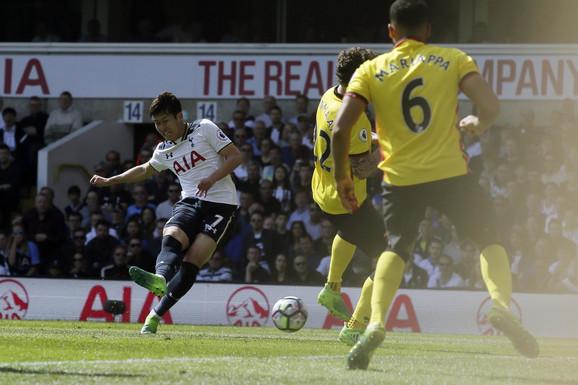 Son Heung-Min postiže jedan od svoja dva gola Votfordu