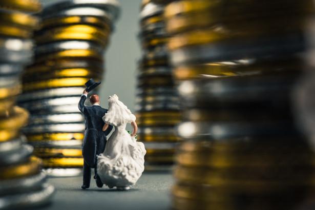 Prawo podatkowe stawia osoby pozostające w wolnych związkach przed wyborem: albo małżeństwo, albo wyższe podatki.