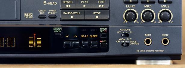 Magnetowid VCR (1956) Twórcą pierwszego modelu magnetowidu był amerykański Ampex. Na rynek urządzenie trafiło jednak dopiero pod koniec lat '60 za sprawą takich firm, jak Sony, Philips i JVC. Ten ostatni koncern jest również twórcą najpopularniejszego standardu zapisu i odtwarzania kaset wideo (VHS). O wadach magnetowidów mogą się przekonać ci, którzy po 10-15 latach wyciągnęli z szaf zakurzone kasety video. Po tak długim czasie jakość nagrań jest po prostu tragiczna - o ile w ogóle da się je odtworzyć.