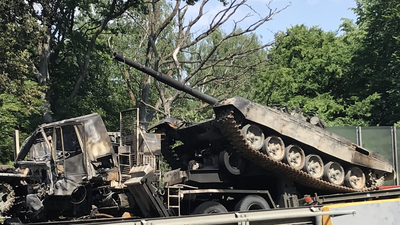 Zderzenie ciężarówek przewożących czołgi