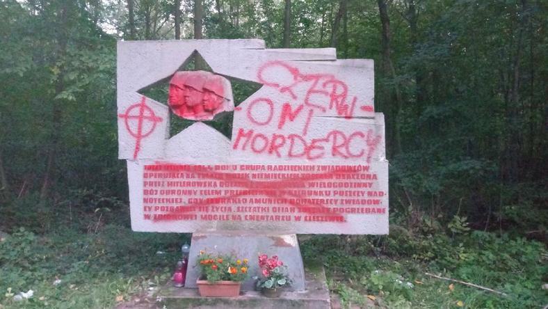 Zniszczony pomnik w Sarnicach