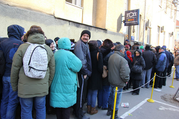 Gužva je bila i u Skender Begovoj ulici gde su Beograđani čekali na ulici uprkos ledenom vremenu