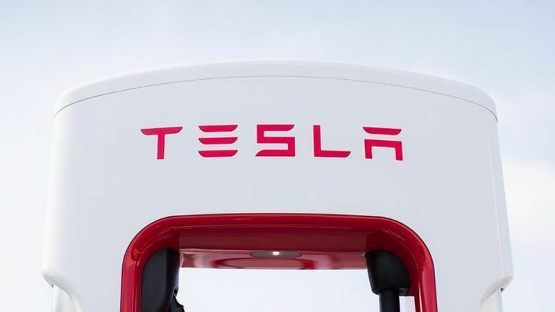 Tesla podwaja liczbę szybkich ładowarek