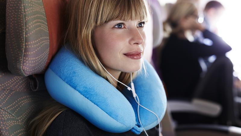 Wiele osób używa poduszek podróżnych w zły sposób