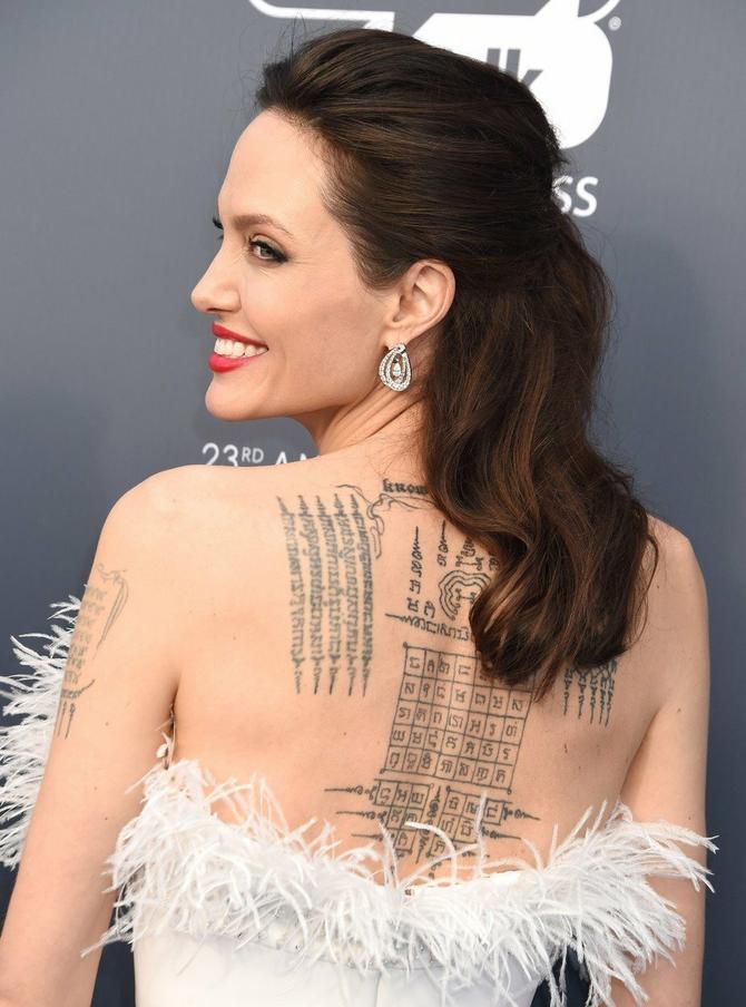 Ponosno pokazuje tetovaže