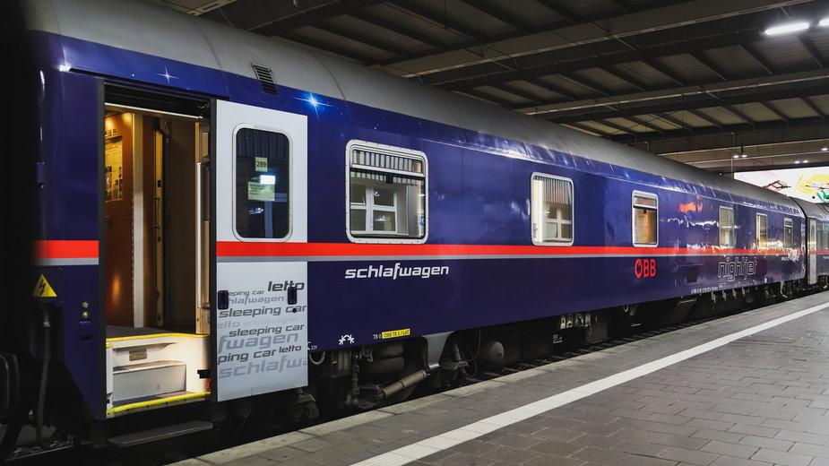 Obietnica przedwyborcza Zielonych ma sprawić, że ludzie przesiądą się z tanich linii na pociągi, fot. Michael715