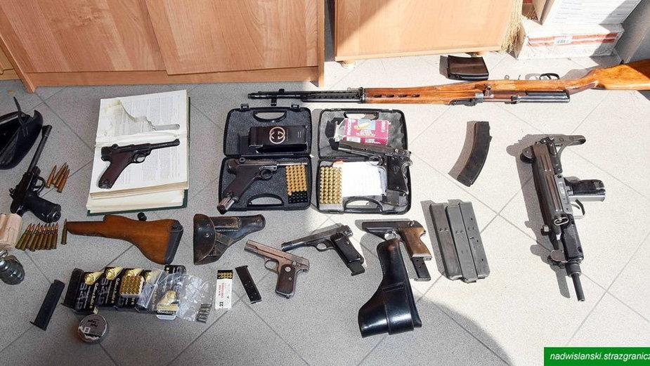 W mieszkaniu 52-latka strażnicy graniczni znaleźli istny arsenał broni