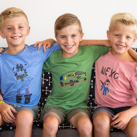 Džek (sredina) sa braćom