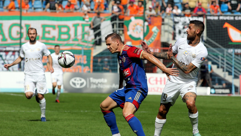 Piłkarz drużyny Piast Gliwice Tomasz Mokwa (C) oraz Filip Starzyński (L) i Erik Daniel (P) z zespołu KGHM Zagłębie Lubin podczas meczu Ekstraklasy