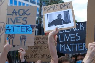 Protesty w USA trwają. Długie kolejki przed złotą trumną z ciałem Floyda