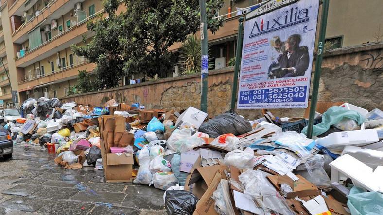 Neapol tonie w śmieciach