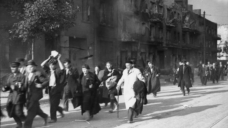 Ludność cywilna Woli prowadzona ulicą Wolską, przypuszczalnie w pierwszych dniach sierpnia podczas tzw. rzezi Woli