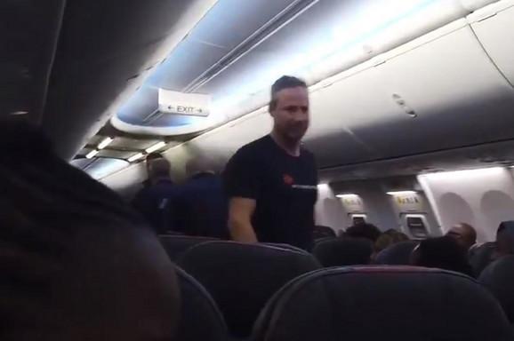 Grupa sa Haitija snimljena u avionu