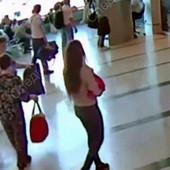 SKANDAL TRESE RUSIJU Kamera snimila kako mlada majka tek rođenu bebu PRODAJE NASTAVNICI na aerodromu (VIDEO)