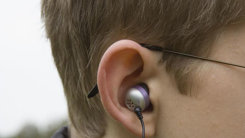 Z powodu noszenia słuchawek ofiara nie mogła usłyszeć sygnałów ostrzegawczych, tj. klakson