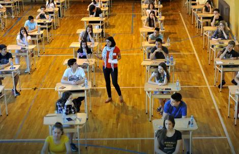 Osmaci na polaganju testa iz matematike