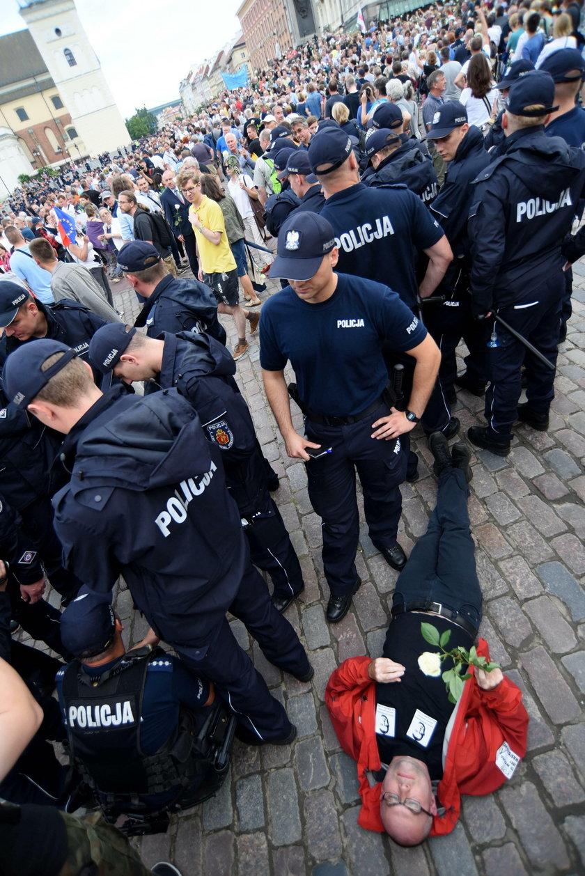 Miesięcznica. Ilu policjantów przypadało na jednego demonstranta?