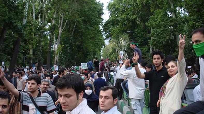 Irańskie władze starają się zablokować dostęp zachodnich mediów do wydarzeń w Teheranie. Zdjęcia irańskich fotografów rozsyłane są za pomocą Twittera i innych serwisów internetowych