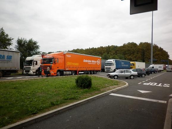 Čekanje: Kamioni na graničnom prelazu Batrovci