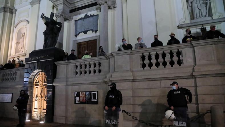 Kontrdemonstranci pod Kościołem św. Krzyża przy Krakowskim Przedmieściu w Warszawie