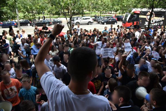 Mali maturanti ispred zgrade Ministarstva prosvete
